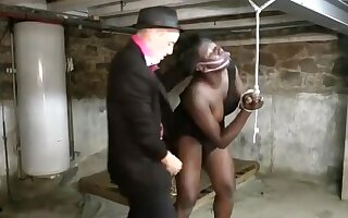 Séance d'humiliation et de punition brutale pour la belle blackette Youmi, qui se fait soumettre violemment par ce mec blanc pervers et dominant, dans la cave.