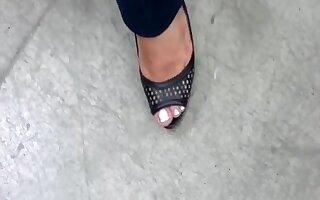 con sus tacones negros with her black heels